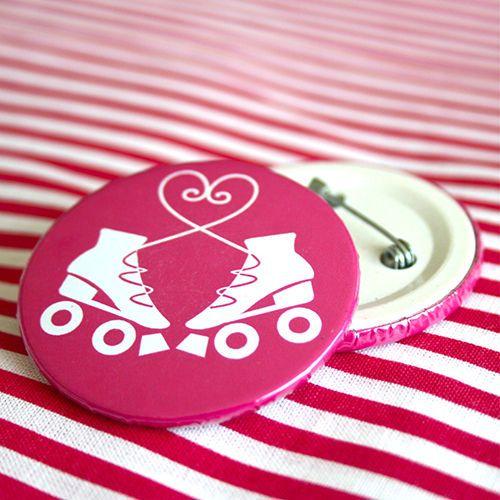 Bottom: Patins com laço de coração rosa 3,5cm - R$2,00   4,5cm - R$3,00  Skating botton