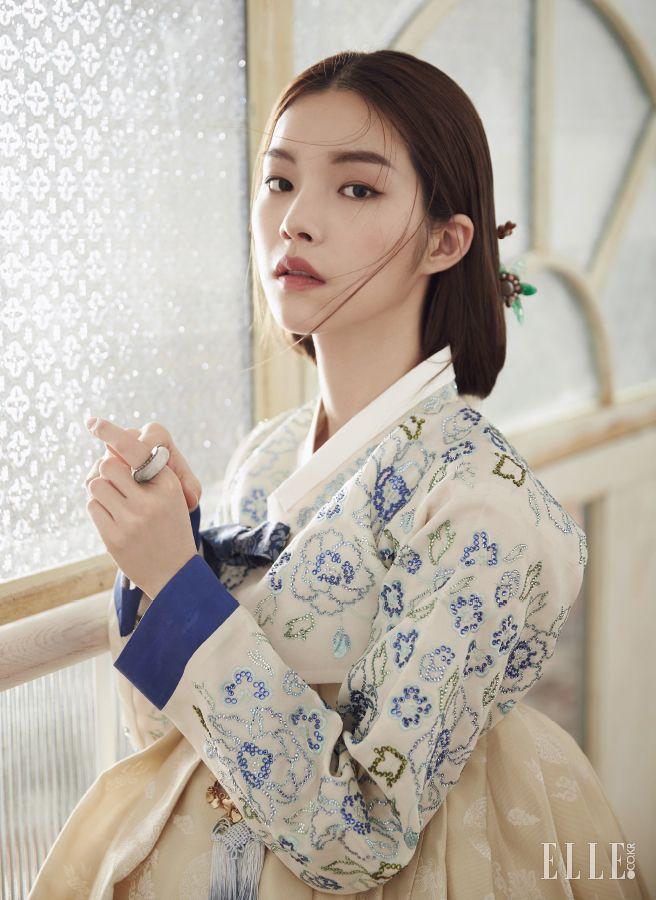 정교한 스와로브스키 장식의 저고리와 치마, 머리 장식, 반지, 노리개는 모두 Traditional Korean Costume Kim Young…