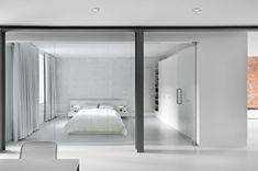 加拿大蒙特利爾的房子,改建的結果刻意保留房子的紅磚結構,同時能夠脫離材料的粗獷,不讓整體空間因為磚牆變成狂野的工業LOFT。因此選用白色為基底,搭配鏡面與黑色鋼烤產生一種未來感,尤其室內入口結合櫃體設計的門框,有沒有很像登機安檢的檢查儀呢。 via Anne Sophie Goneau Design