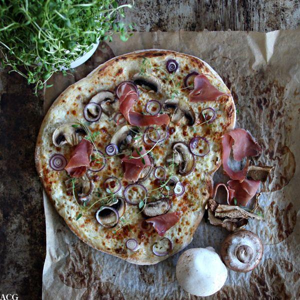 Pizza bianca med sopp og serranoskinke
