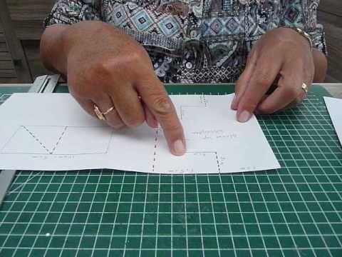 Deze kaart is zoals op de tekening is te zien 21-15 cm. Na de insnijdingen komen er aan de voorkant 2 kaartjes te staan die op een bepaalde manier worden gevouwen, Daarna de kaart mooi versieren.