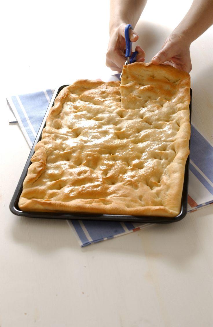 Impara la ricetta originale per preparare un'ottima focaccia genovese. Scopri gli ingredienti e i segreti per prepararla al meglio su Sale&Pepe.