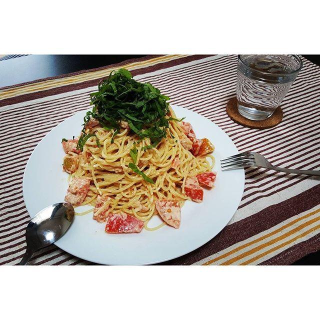 akane___ito朝昼ごはんを中途半端な時間に食べてしまったので、夜までお腹がもちませんでした。。 明日からまた家を空けるし、冷蔵庫にあるもので適当に作った、トマトとツナの冷製パスタ!  大葉の量。笑  お腹いっぱいで眠くなってきちゃったけど、これから旦那さんが帰ってくるので、別のメニューで夕飯の支度します。  #food #instafood #instagood #foodpic #instapic #cooking #dinner #ランチ #lunch #breakfast #朝ごはん #お昼ごはん #晩ご飯 #夕飯 #おうちごはん #手作りごはん #おうちカフェ #カフェご飯 #ワンプレート #妊娠 #妊婦 #マタニティー #初マタ