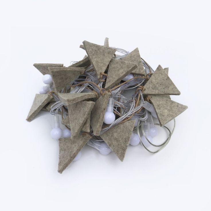 Set Luminárias Triângulo Feltro - Set de luminárias com pingentes de feltro de lã natural. Extensão de 5 metros de luzes de Led (110V) com dimmer e diferentes regulagens: pisca-pisca, luz leve, forte. cada peça é única e especialmente inspirada pela filosofia