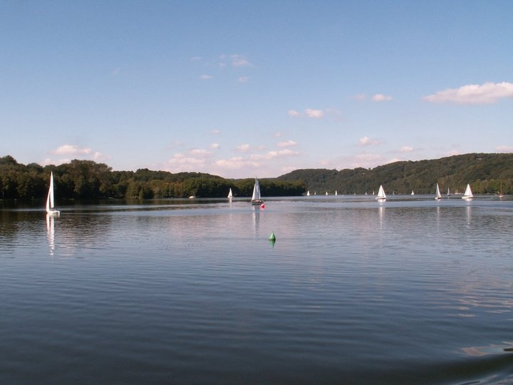 The place to be when planning a vacation trip to the Ruhr region: THe Baldeneysee. Only 30 minutes walking distance, the youth hostel Essen-Werden is a great location to relax. Picture: © dickbauch