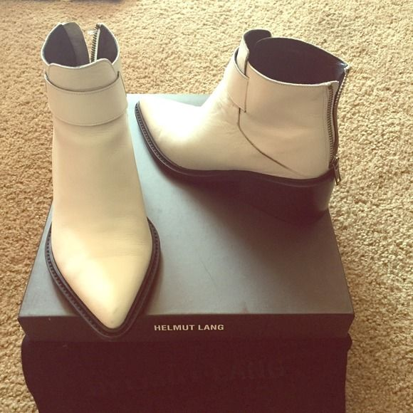 Helmut Lang white winter boots ! Chic and comfy✨ These boots give you that extra flare you need in your outfit. Super cool and totally comfortable ! Where else can you find white hipster boots ?? Made in Italy size 36. No trades. By Helmut Lang ✨ Helmut Lang Shoes Winter & Rain Boots