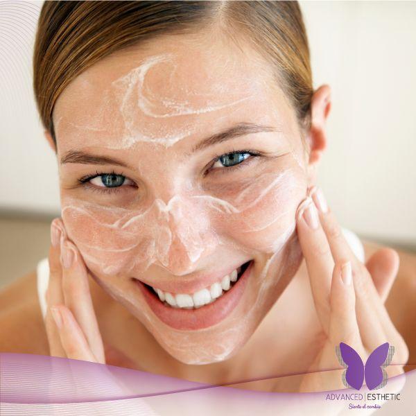 TIP 2: HUMECTAR. Después de la limpieza, aplicar una loción o crema humectante, según el tipo de piel. Es recomendable usar para la noche algún producto que contenga retinol, péptidos o factores de crecimiento, para reparar los tejidos.