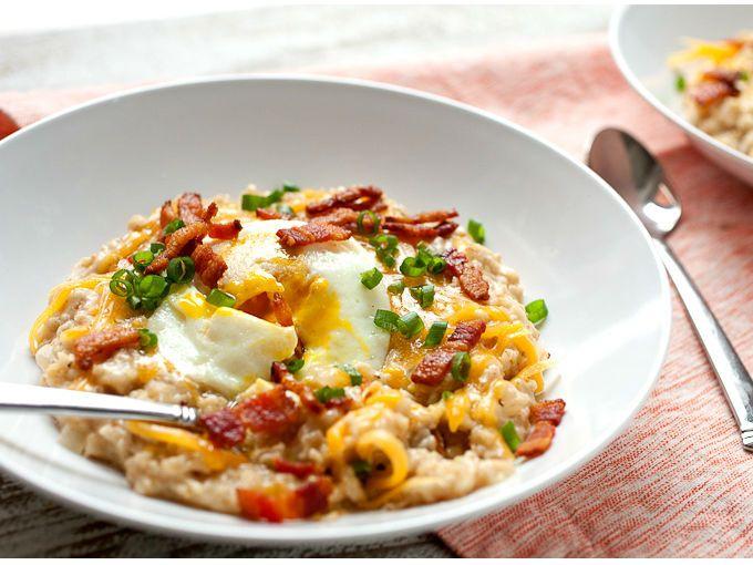 La avena también puede ser un delicioso platillo salado. Añade queso, tocino y huevo y disfruta de este cereal de forma diferente.