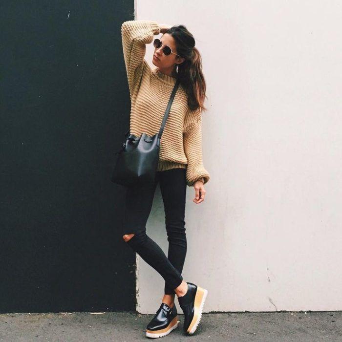 Look con flatforms skinny jeans negro suéter café bolso cruzado gafas redondas