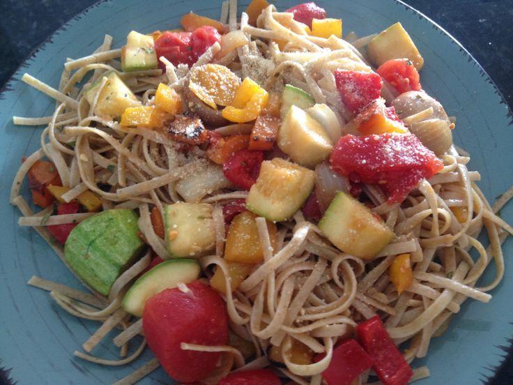 comida saludable healthy food pasta integral con verduras salteadas