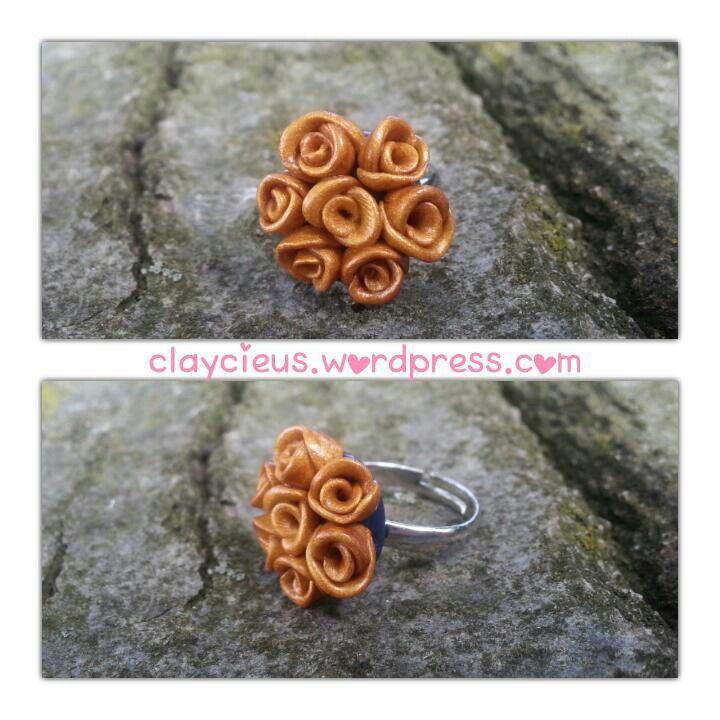 Ring gemaakt met fimo klei. Polymer clay ring. Goud met donkerblauw. Nice!