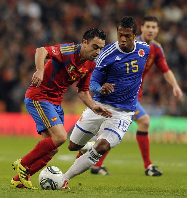 Xavi y Guarín durante el España Vs Colombia 2011