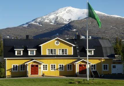 Enaforsholms Fjällgård ligger på en ö i älven Enan i västra Jämtland. Öppet året om med Bed & Breakfast. Fjällvandringar och skidturer.