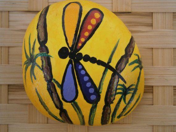 Libellule peinte Rock par PlaceForYou sur Etsy
