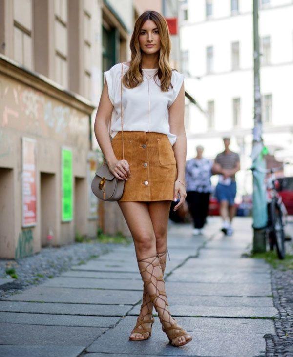 Look de street style saia de suede com gladiadora.