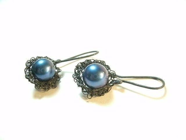 Broderie oorbel geoxideerd zilver met blauwe parel | Oorbellen | Wendy de Rooy