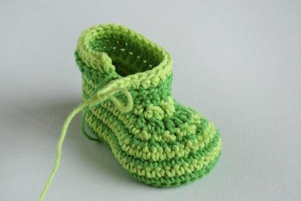 Green Zebra crochet baby booties - tutorial