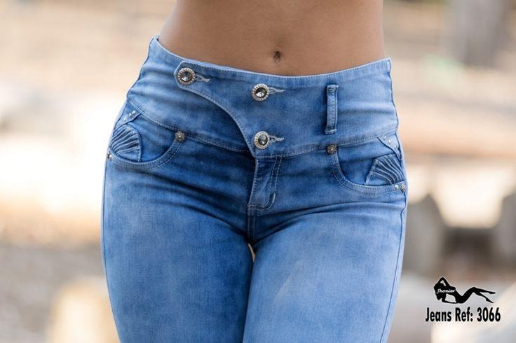 Jean Levanta Cola, Push Up tela strech prelavada color azul claro talle medio con 3 borones , sin bolsillos y decorado con tachas plata.Jeans Colombianos,...