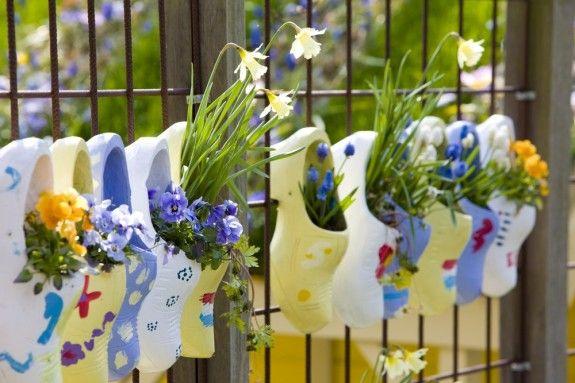 Die Blumen können in die ungewöhnlichsten Gefäße gepflanzt und aufgehängt werden.