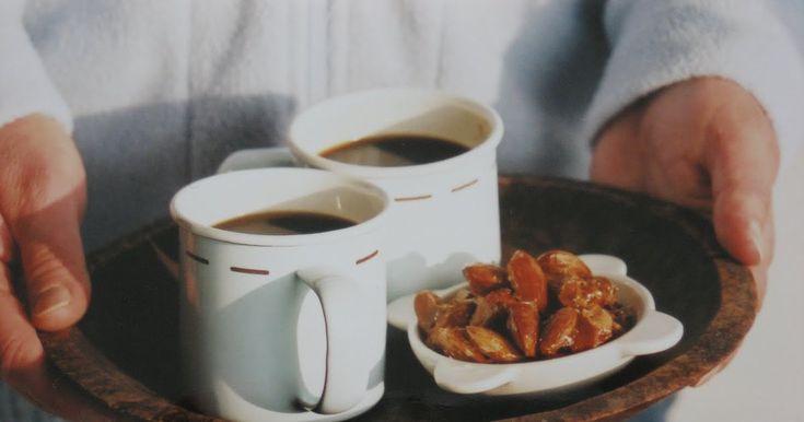 Tässä tulee vanhan ajan vinkki makeannälkäisille. Paahdettu sokeri ja rapeat mantelit maistuvat missä vain, ne sopivat kahvipöytään yhtälai...