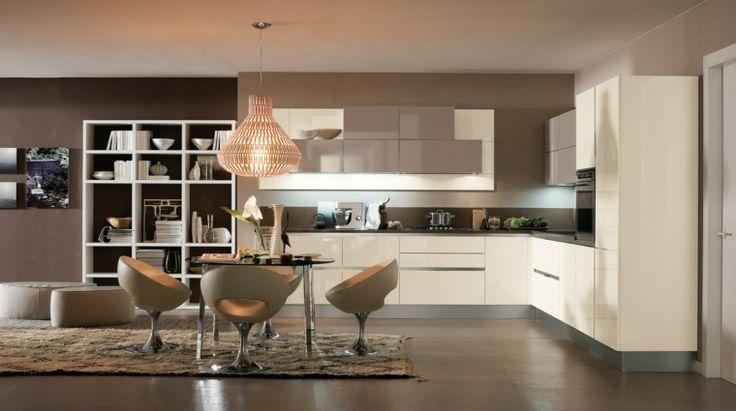 sillas de cuero preciosas en la cocina moderna