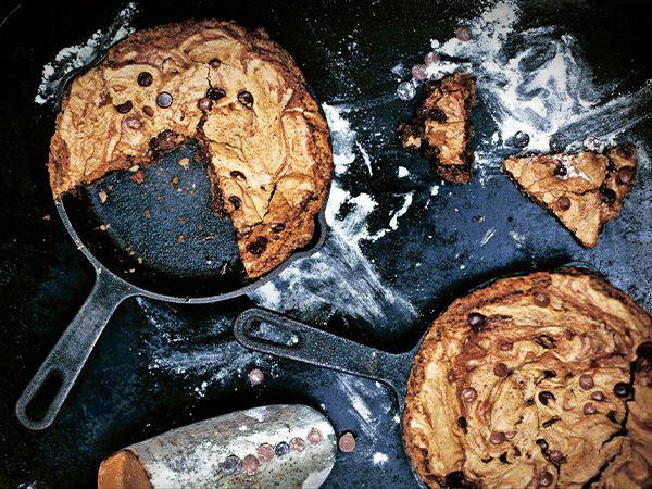 Stora cookies som påminner om kladdkaka. Om du inte har två mindre gjutjärnspannor går det förstås bra att baka kakan i en vanlig bakform.