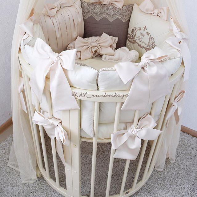 В наборе: 〰Бортики круг+овал 〰простынь овал 〰подушка для новорождённых 〰наволочка на подушку 〰одеяло(верхняя часть хлопок,нижняя мягкая,нежная микрофибра,наполнитель холлофайбер по желаемому сезону),одеяло простегано насквозь,стирается в машинке целиком без проблем👌🏻 ✔️Материал:хлопок 100%,завязки шёлк,наполнитель холлофайбер С любовью от AL⚜️…