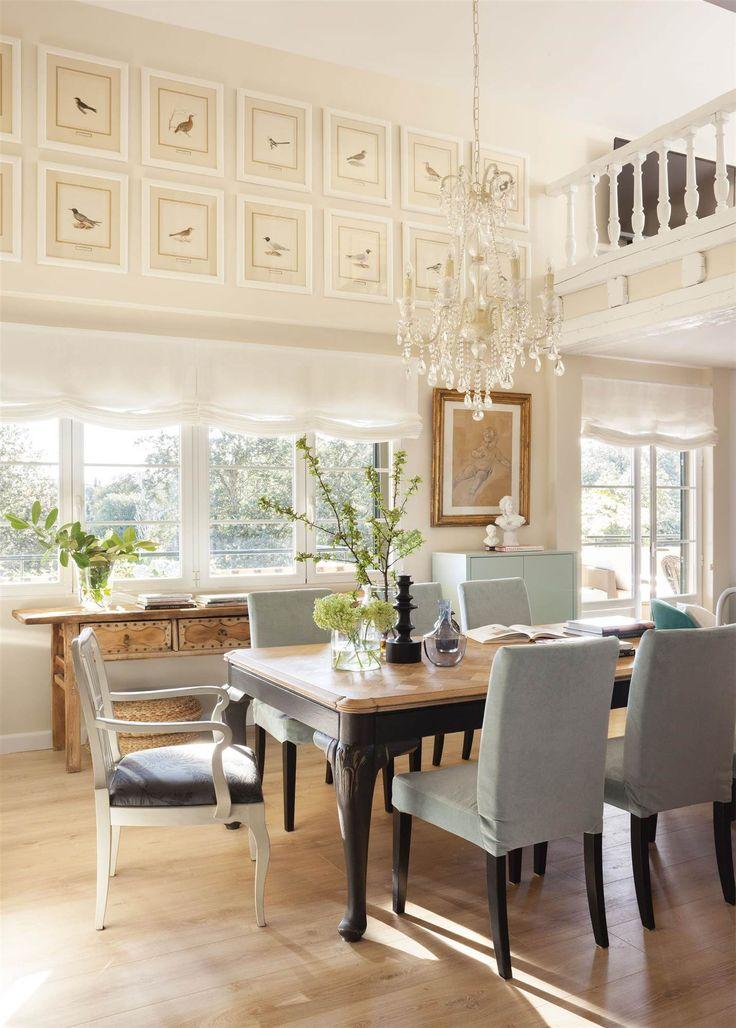 Comedor con silla gustaviana, chandelier, cuadros de aves y aparador antiguo de madera