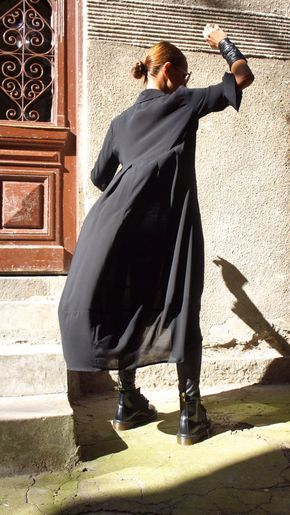 Extravagante zwarte vleiende losse maxi shirt, zo elegant en comfortabel...  Knoppen helemaal naar beneden, losse stijlvolle mouwen  Perfecte oplossing voor uw dagelijkse outfit:).. .not alleen...  Het is een jurk... is een tuniek... het is een shirt... is een vest... het is wat je wilt en nodig hebt :)  Dit zou omdraaien kledingstuk overal mee naartoe!  Uw mode-update, uw home entertainment uw casual stijl, uw strand cover-up, uw feest  inspiratie en so... dus...:)  Licht als een veer…