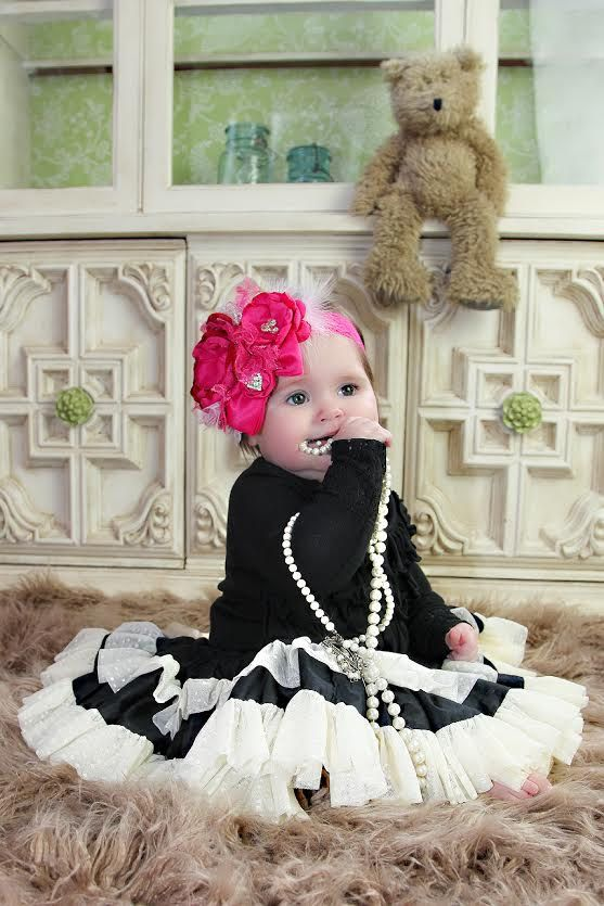 Modelo de bebé es de 6 meses de edad.  Diadema de flor rojo precioso y brillante color rosa. Características rojo, rosado y brillante color rosa de encaje, un toque de malla de plata y flores hechas a mano rojo y rosa de alta calidad y laminados en roseta. Esta pieza está adornada con un lazo raso rosa brillante, plumas de marabú y 3 racimos de diamantes de imitación para chispa y el brillo. Flores están conectadas a una diadema de cordón del estiramiento. Impresionante apoyo de foto…