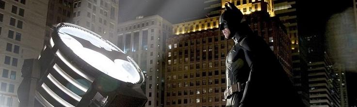 Batman Inicia, Batman Begins.  El director de Memento hizo borrón y cuenta nueva para reimaginar la bati-saga desde el año cero y pintar del negro más oscuro el mito original del hombre murciélago, mostrando la transformación del joven y aturdido Bruce Wayne en un justiciero furioso.