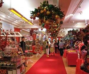 Per lo shopping di Natale a Londra dovete fare un salto da Harrods. Qui troverete il regalo che cercate, e rimarrete incantati dai guanti bianchi dei commessi. http://www.marcopolo.tv/regno-unito/londra-natale-harrods