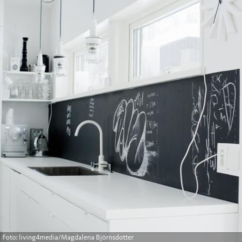 Eine Kreidetafel ist ein multifunktionales Accessoire in der Küche: Während sie als Spritzschutz hinter Spüle und Arbeitsfläche fungiert, können gleichzeitig die Einkaufsliste, Lieblingsrezepte und Co. notiert werden.