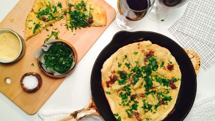 Hvit, vegansk pizza med karamellisert rødløk og artisjokk - Green Bonanza