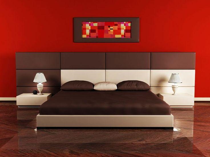 Sypialnia z prowokacyjną czerwoną ścianą i ciemnobrązowymi meblami. Romantyczne cudo z nutą pikanterii. Tylko dla odważnych! #design #urządzanie #urząrzaniewnętrz #urządzaniewnętrza #inspiracja #inspiracje #dekoracja #dekoracje #dom #mieszkanie #pokój #aranżacje #aranżacja #aranżacjewnętrz #aranżacjawnętrz #aranżowanie #aranżowaniewnętrz #ozdoby #sypialnia #sypialnie