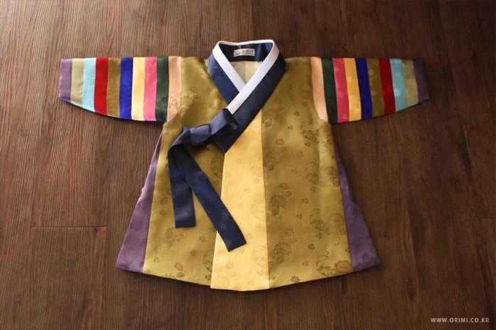 금색과 곤색을 메인으로 한 남자아이 색동 두루마기 한복입니다. 매번 다르게 색상을 사용하지만, 이 두루마기의 색 배색은 유독 차분하면서도 고급스럽게 나왔답니다. 중국에서 근무 중이신 손님들께서 아이의 돌잔치를 위해 주문해주신 두루마기인데요, 안에 입을 한복은 이미 가지고 계신 터라 두루마기만 따로 제작했습니다. 그래서 두루마기 한 벌만 받으시더라도 감동을 ..