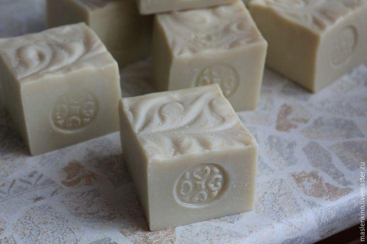 Сегодня я поделюсь с вами рецептом кастильского мыла с нуля и покажу, как можно его сделать в домашних условиях. Кастильское мыло — это классический вид мыла, сваренный из оливкового масла. Кастильским называли мыло, произведенное в Испанской провинции Кастилия, его до сих пор любят и ценят за нежную кремовую пенку и необычайно мягкое воздействие на кожу.