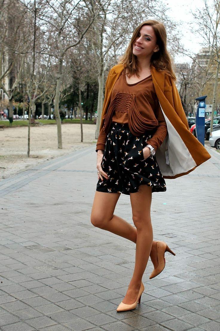 M i e n t r a s m e v i s t o: Falda pantalón #tan #pantyhose #heels #blogger #legs #stiletto