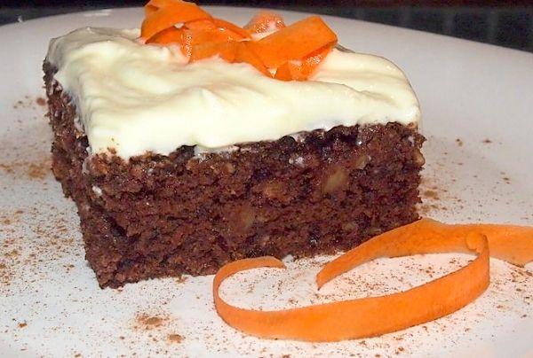 Recept na nadýchané kakaové řezy ochucené kromě jiného nastrouhanými jablky a mrkví, ozdobené ochuceným tvarohem vyšlehaným s máslem.