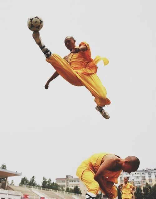 Monjes jugando fútbol Football | Tumblr