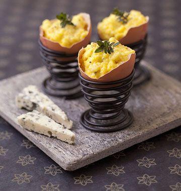 Photo de la recette : Oeufs brouillés au roquefort en coquille – menu de Pâques