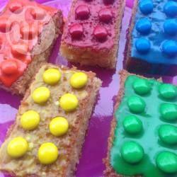 Dieser witzige Lego Kuchen ist perfekt für den Kindergeburtstag für große und kleine Lego-Freunde. Auf der Webseite gibt es Schritt für Schritt Bilder mit einer genauen Anleitung wie man den Legokuchen ohne Form selber machen kann. @ de.allrecipes.com