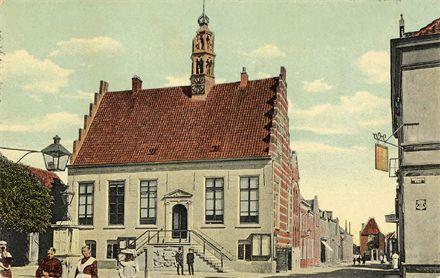 Stadhuis van IJsselstein in 1910. De empire vensters en bepleistering zijn in 1837 aangebracht. Bron: www.regiocanons.nl