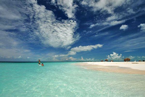Les plages de Cayo Largo sont absolument magnifiques. Elles sont de sable blanc très fin avec une eau limpide et turquoise. Elles s'étendent sur plus de 20 km tout le long du littoral sud de l'île.
