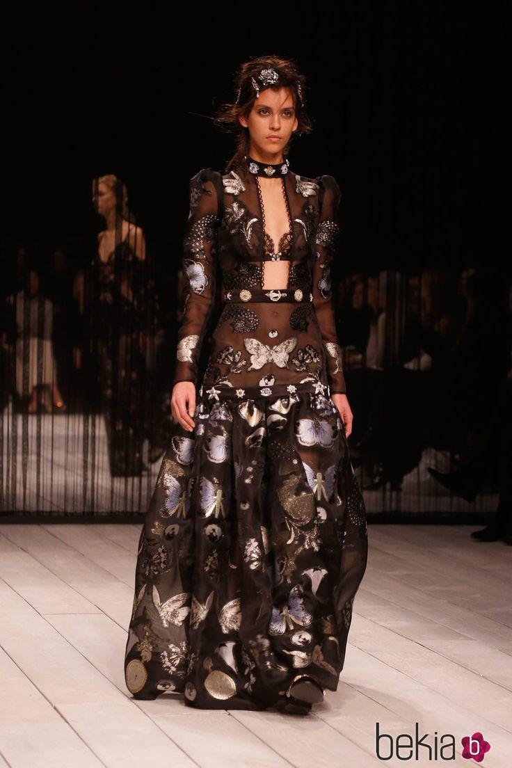 Vestido estampado con abertura  de Alexander McQueen en la FW de Londres para otoño/invierno 2016/2017
