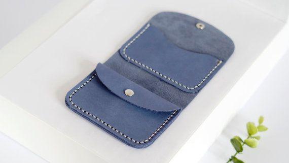 Blass blau Leder Geldbörse Unisex Geldbörse kleine Herren Geldbörse für Männer Brieftasche für Frauen Kreditkarten Inhaber Münzen Portemonnaie Münzen Tasche Mini Geldbörse __________________________________  Diese Geldbörse ist kompakt aber multifunktional. Diese Brieftasche hat einen Abschnitt für Kreditkarten, Geld und Münzen. Diese Brieftasche passen bis zu 5-6 Karten, viel von Ihrer Hand gestempelt Scheine und Münzen. Sie können eines unserer Farben wählen…
