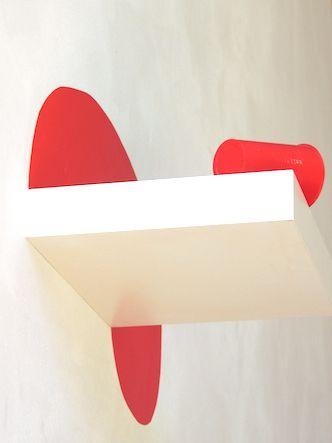 """isabelle jobard """"rouge"""" image, dispositif d'étagère"""