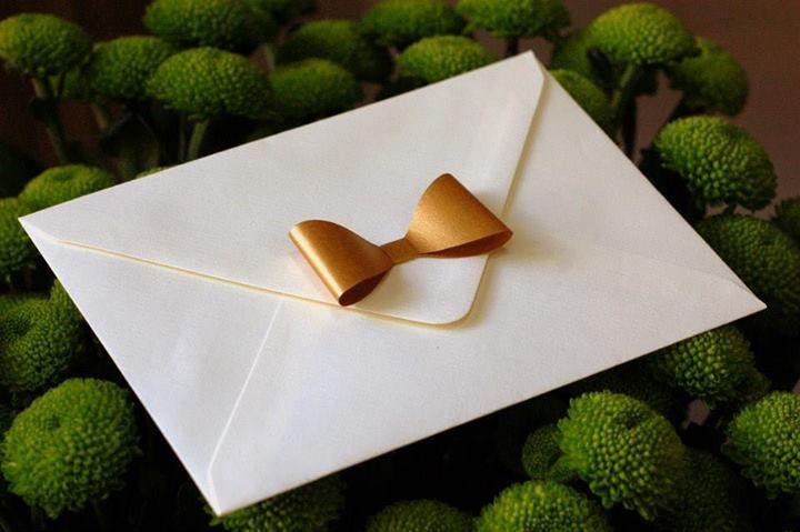 poti alege sa decorezi un plic pentru a-i oferi un plus de personalitate / you can choose to decorate your envolope with a paper bow to make it more chic :)