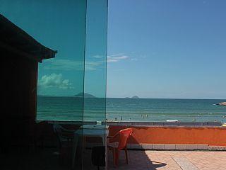 Alugo casa na beira da praia    Imóvel para temporada em Barra da Lagoa da @homeaway! #vacation #rental #travel #homeaway