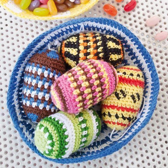 Glada färger hör påsken till. De härliga påskäggen i färgglada skålar kan du virka i skönt bomullsgarn.